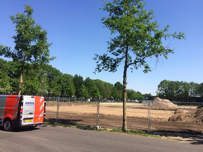 Het grondwerk voor het nieuwe politiebureau in Uden is gestart. Daarachter moet de nieuwe  brandweerkazerne komen.