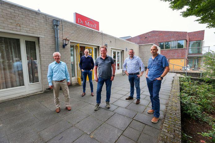 Het nieuwe bestuur van gemeenschapshuis De Meent, met op de achtergrond het oude en het nieuwe dorpshuis. Vanaf links Sjir Rouschop, Jurgen Bovée, Peter Baudoin, Arnold van Weert en Bart van Hout.