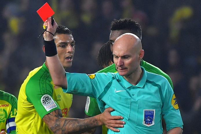 Tony Chapron stuurt Diego Carlos weg nadat de Nantes-speler ook nog een schop had gekregen van de arbiter.