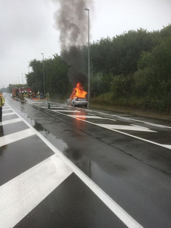 De auto stond in lichterlaaie bij het arriveren van politie en brandweer.