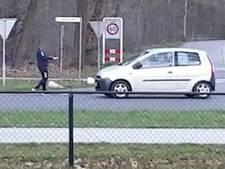 Jongen loopt zomaar drukke weg op in Heerde en filmt automobilisten: 'Levensgevaarlijk, iedereen trapt op de rem'