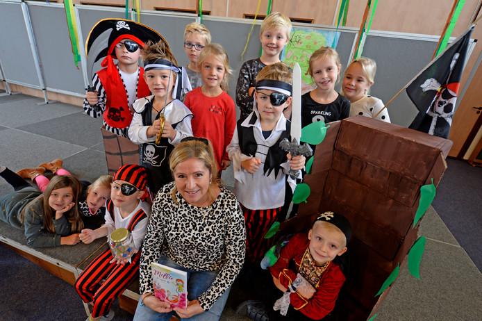 Juffrouw Karin Korshuize met de kleuters van basisschool Het Galjoen uit Wierden,  die de hoofdrol spelen in haarkinder boek.