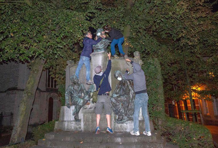 Leden van PVDA gaven enkele standbeelden op het Vandaleplein een mondmasker.