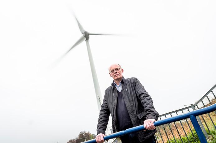 Kees Pieters bij de windmolen naast de van Brienenoordbrug.