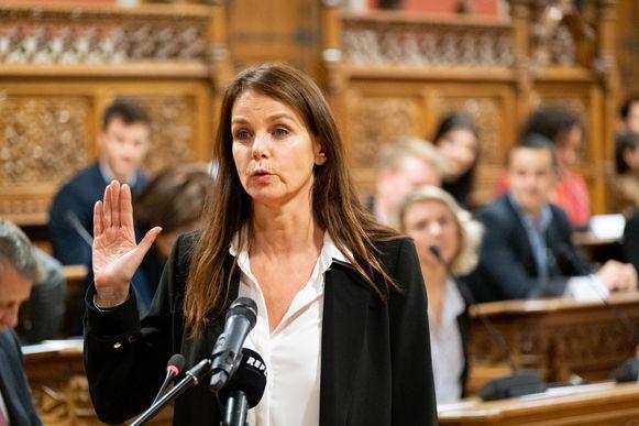 MECHELEN installatievergadering van de nieuwe gemeenteraad in de raadzaal van het stadhuis. Tine Van den Brande (Stadslijst) legt de eed af.