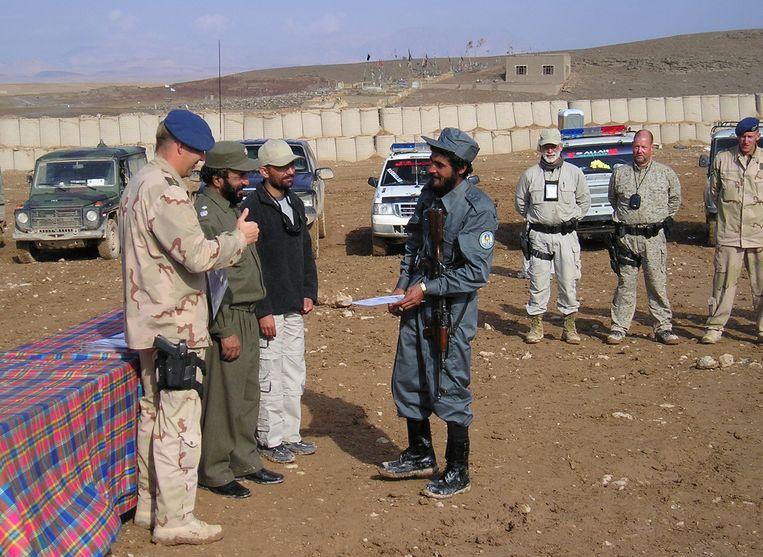 Trainers van de Koninklijke Marechaussee stomen jonge Afghanen klaar voor werk bij de hulppolitie in de provincie Uruzgan Beeld ANP