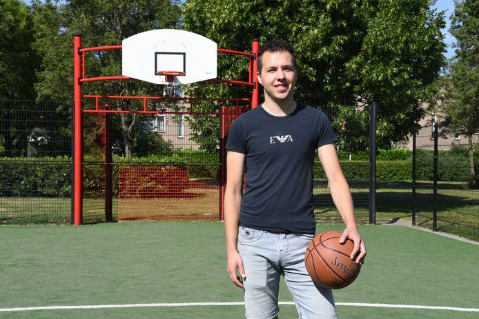 Basketballen is de grote hobby van Damian Thijs. Regelmatig speelt hij op het veldje naast zijn huis.