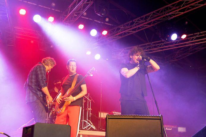 Tributeband Tumpp speelt Red Hot Chili Peppers tijdens de eerste editie van het Iconic Festival.