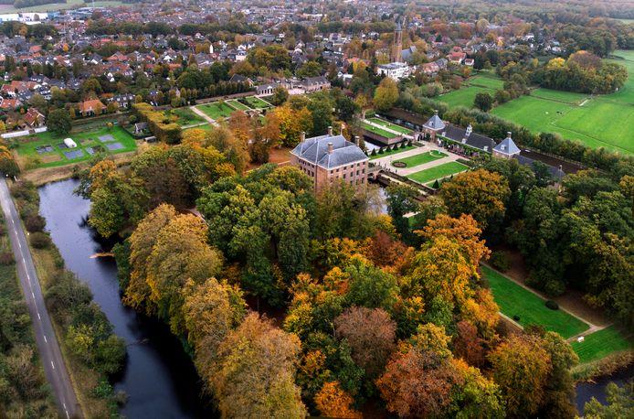 De kasteeltuin krijgt zijn herfstige roestbruine kleur.