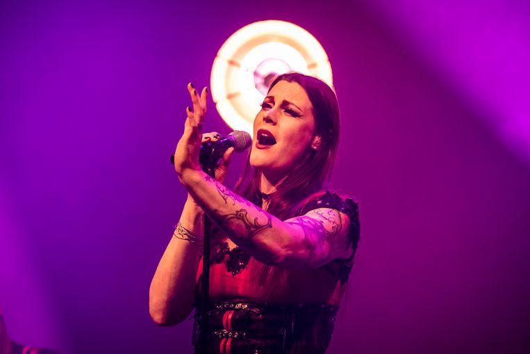Floor Jansen heeft haar eerste soloshow achter de rug. De frontvrouw van Nightwish stond donderdagavond in haar eentje op het podium van Doornroosje in Nijmegen. Het was de aftrap van de theatertour waarmee ze de komende tijd door het land trekt. Beeld ANP