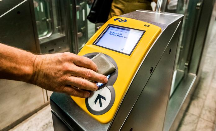 Dit weekend is bij 28.000 reizigers tijdens het automatisch opladen van de ov-chipkaart niet één, maar twee keer het vaste bedrag van hun bankrekening afgeschreven.