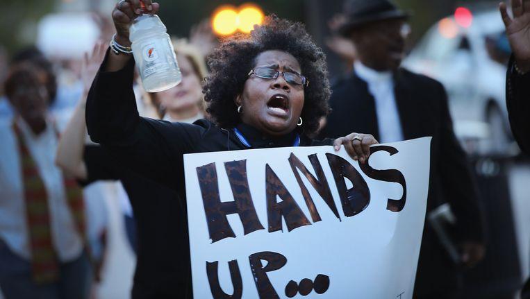 Volgens minister Holder is een 'heel kleine minderheid' verantwoordelijk voor het geweld bij de demonstraties, vooral mensen van buiten Ferguson. Beeld getty