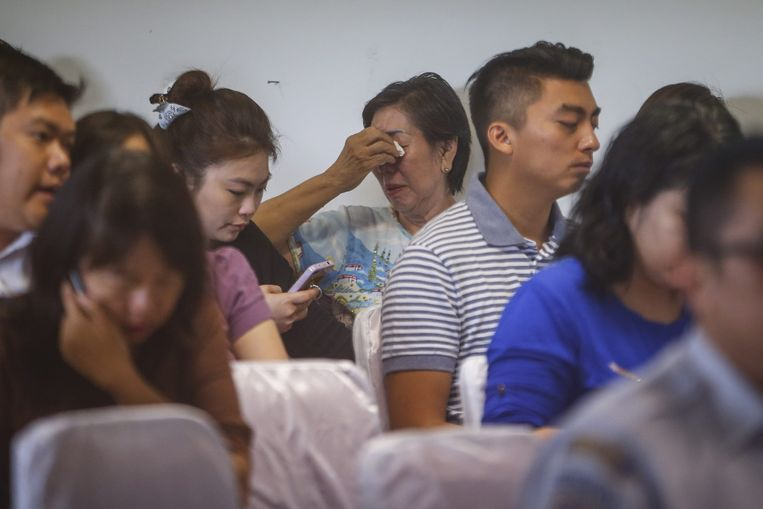 Familieleden van het verdwenen vliegtuig wachten op nieuws. Beeld epa