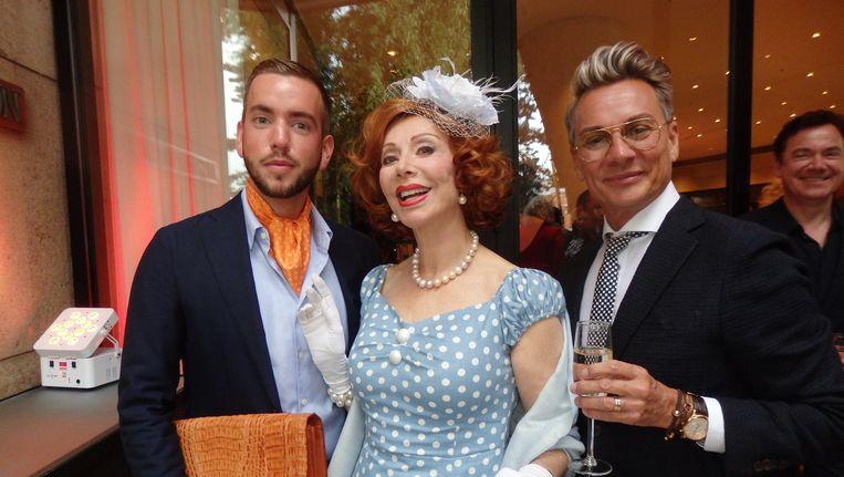 Haringparty-icoon Marijke Helwegen, haar assistent John Kamerbeek (r) en assistent van de assistent Rick Koene. 'De een draagt mijn lippenstift en de ander mijn panty's.' Beeld Schuim