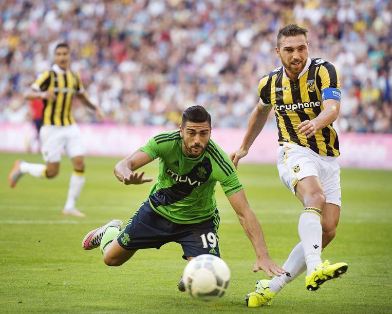 Graziano Pellè in duel met Guram Kashia van Vitesse. Beeld anp