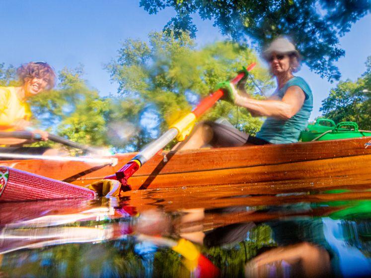 Roeivereniging 'roeit' afval uit Apeldoorns kanaal: 'bewegen en opruimen tegelijk'
