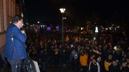 """300 fans tonen ondanks dreigend faillissement 'hart voor Sporting' aan stadhuis: """"Onze club mag nooit verdwijnen"""""""