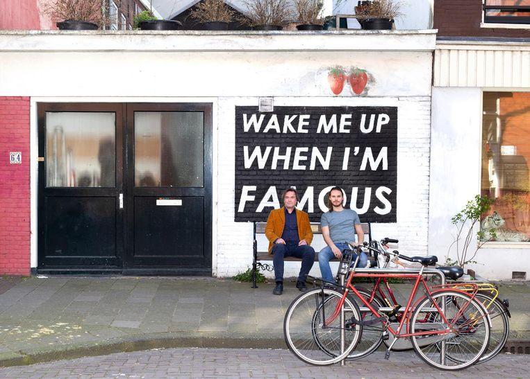 Kunstenaars Jurriaan en Rinus van Hall (vader en zoon) op hun Insta-famous bankje in de Frans Halsstraat Beeld Sanne Zurné