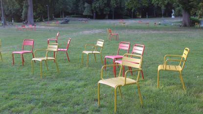 Losse stoelen in Sint-Annapark hebben eerste weekend overleefd
