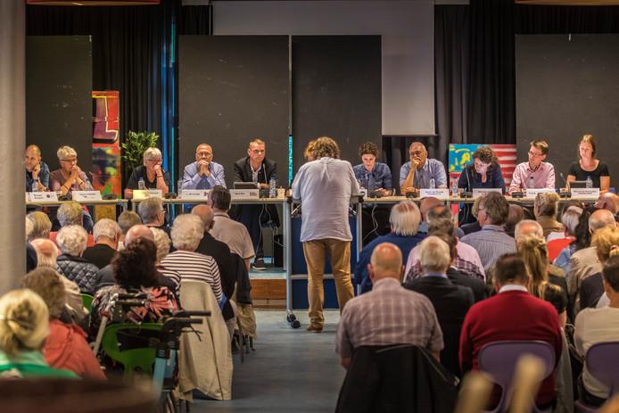 Een inspreker richt zich tot de raadscommissie over de opvang in de Broekheurnerborch.