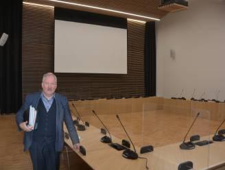 """Gemeenteraad verhuist naar nieuw administratief centrum: """"Nagelnieuw auditorium coronaproof moeten maken met plexischermen"""""""