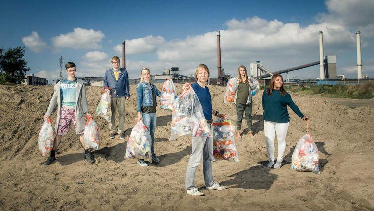 Deelnemers aan het nieuwe EO-programma 'Rot op met je milieu'. Beeld RV