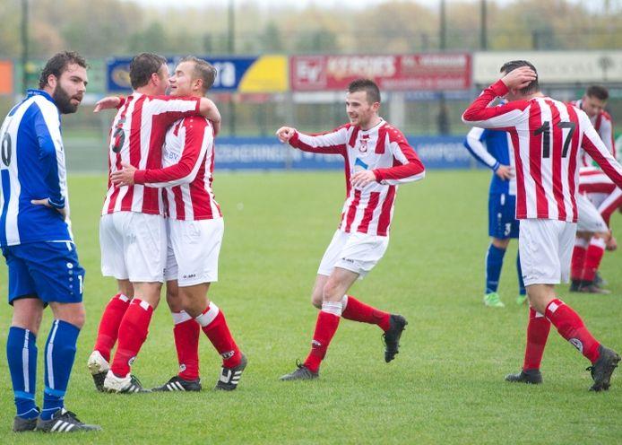 Spelers van Beuningse Boys vieren een treffer tegen Blauw Wit.
