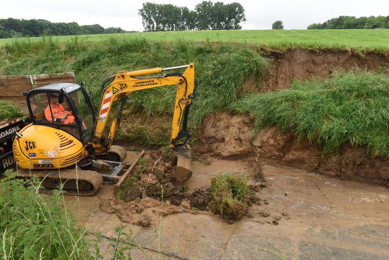 De gemeente moest zwaar materiaal inzetten om de grond te verwijderen.