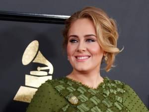 Adele vole la vedette au mariage de sa meilleure amie