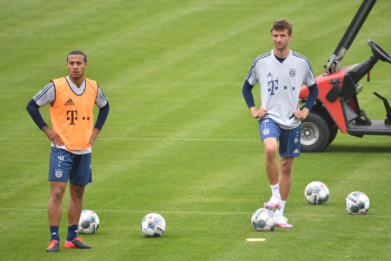 Thiago en Thomas Müller op de training