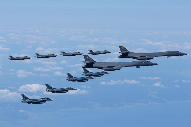 Begeleid door Japanse F-2's en Amerikaanse F-35's voeren twee B-1's een vlucht uit nabij Japan. Dit machtsvertoon vond plaats nadat Noord-Korea een middellange afstandsraket over Japan had geschoten. Beeld Japan Air Self-Defense Force