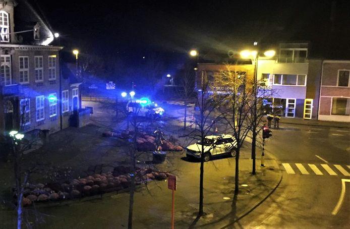 De politie doorzoekt de omgeving van het gemeentehuis van Oostduinkerke, op zoek naar de voortvluchtige bestuurder.