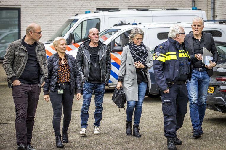 De ouders van de omgekomen Nicky Verstappen komen donderdag samen met Peter R. de Vries aan bij de rechtbank in Maastricht voor de strafzaak tegen Jos B. Beeld ANP