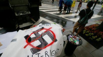 """""""Keer terug naar huis, nazi's"""": groepje rechts-extremisten die Charlottesville herdenken botst op duizenden tegenbetogers"""