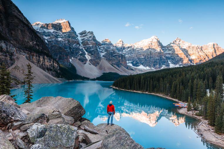 Een man kijkt uit over Banff National Park, in Alberta.
