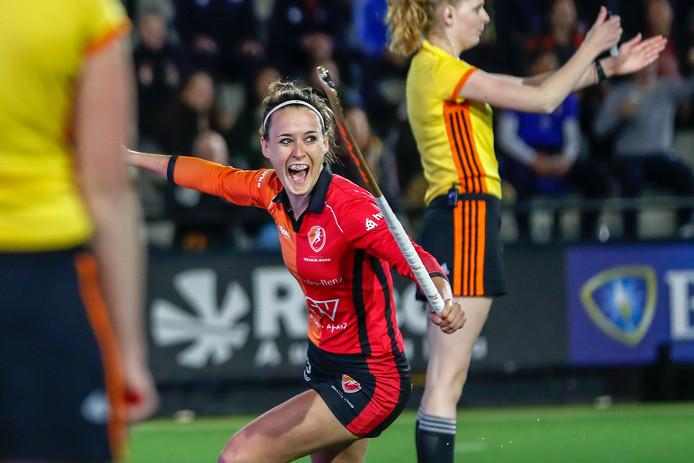 Donja Zwinkels van Oranje-Rood juicht na het maken van de winnende shoot-out in de finale van de Gold Cup. De eerste prijs van de fusieclub is binnen.