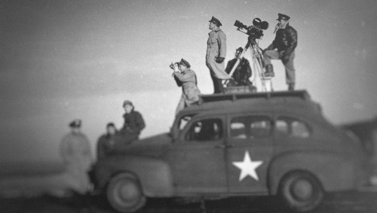 Regisseur John Ford (rechts) aan het werk in de Tweede Wereldoorlog Beeld