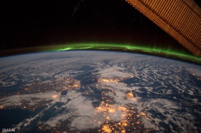 Une partie du nord de l'Europe, particulièrement brillante, avec une aurore boréale en arrière-plan.