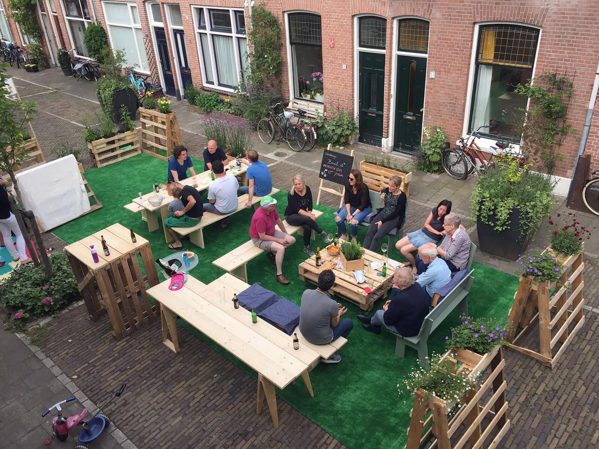 De Utrechtse Kersstraat is gedurende deze zomer leefstraat: zonder auto's maar met meubilair, als huiskamer van de straat.