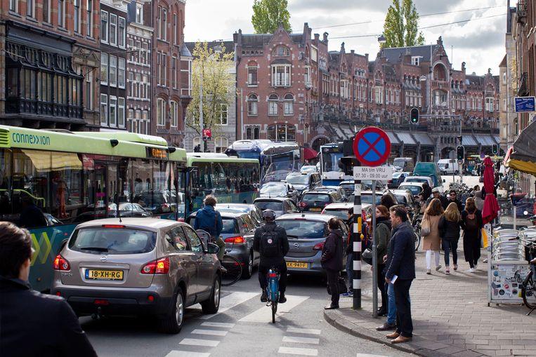 Het verkeer loopt vast in de Raadhuisstraat in het centrum van Amsterdam.  Beeld Hollandse Hoogte / Thomas Schlijper