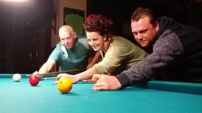 Martie Schuurmans, Silvie van Eindhoven en Robbie van de Griendt (vlnr) biljarten 27 uur aan één stuk.