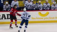 IJshockeyspeler slaat tegenstander tussen de benen. Met opzet