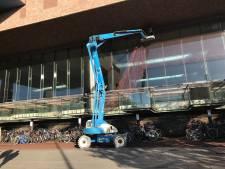 Stenensoap: polyester net moet vallende steenstrips opvangen op station Breda