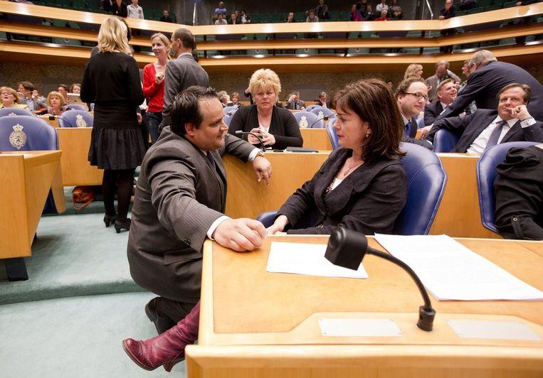 Sap in overleg met minister De Jager van Financiën tijdens een debat over bezuinigingen in aprl. Beeld null