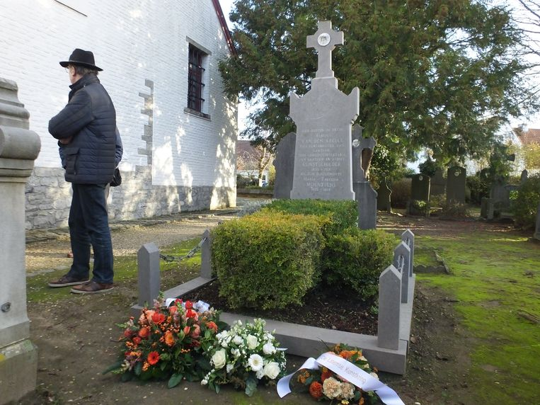 Aan het graf van Albijn Van den Abeele werden bloemenkransen gelegd door de Latemse Kunstkring, de familie en het gemeentebestuur.