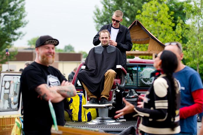 Herenkapper Thomas van Simon Says is ook aan het werk op Heyday Motorcycle Fair.