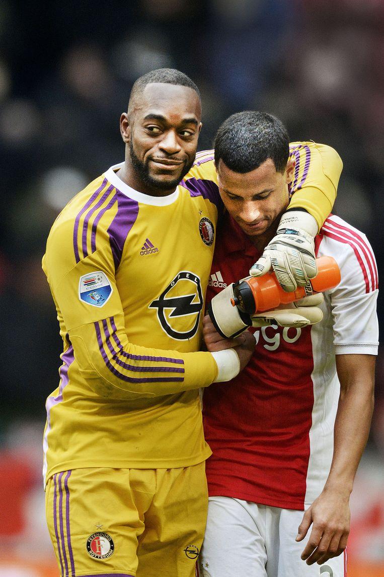 Ex-Ajacied Vermeer (l) troost zijn voormalige ploeggenoot Van Rhijn na Ajax-Feyenoord van afgelopen zondag. Beeld Guus Dubbelman / de Volkskrant