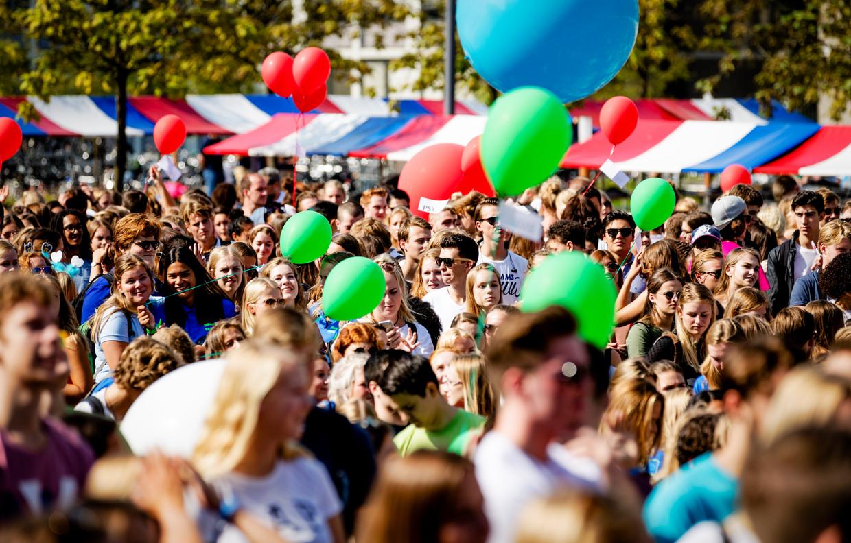 Amsterdamse studenten beginnen aan hun introductieweek, uiteraard vóór de coronacrisis.