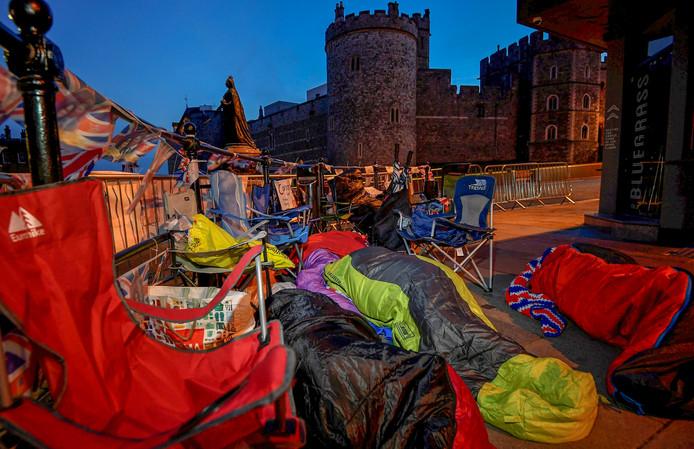 Fans van het Koninklijke huis slapen op de stoep bij Windsor Castle,  om goede plek te hebben tijdens de bruiloft van de Britse prins Harry en zijn verloofde Meghan Markle. Foto Toby Melville