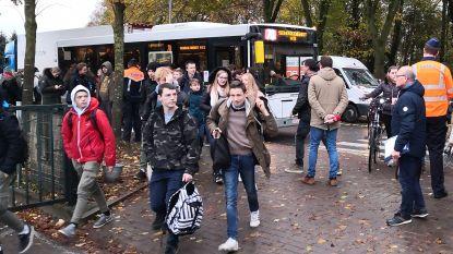 15 Vlaams Belangers voeren actie tegen moskeebezoek van leerlingen, 30 politieagenten houden oogje in het zeil